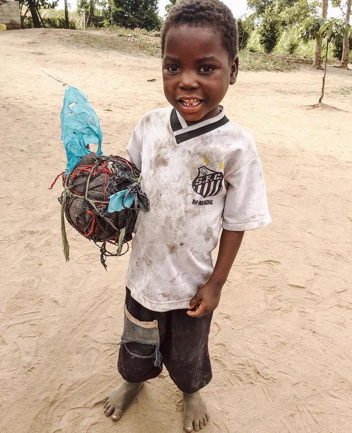 eb9c599510 A foto do menino africano com a camisa do Santos tocou a todos. Idealizamos  uma ação que fosse efetiva em prol do trabalho da ONG Missão África que, ...