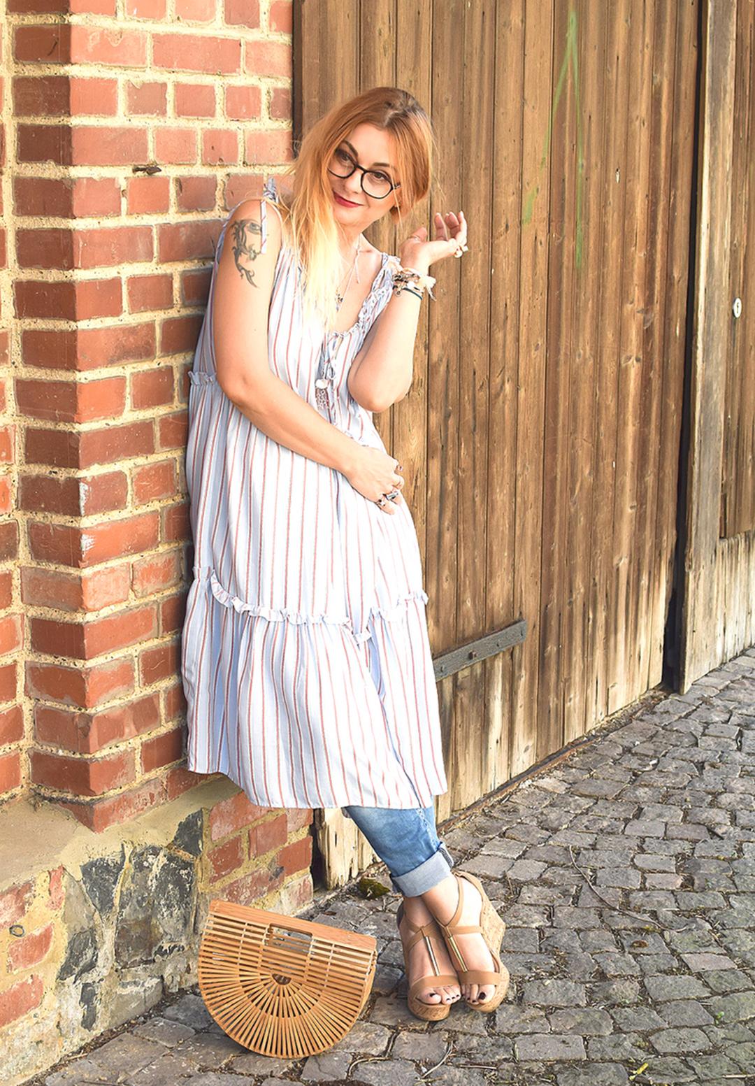 gestreiftes Sommerkleid über Hose tragen, streetstyle look
