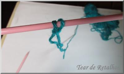 Foto mostrando os dois primeiros pontos da base do tricô na agulha, para dar início à montagem pelo método à inglesa, o cable cast on.