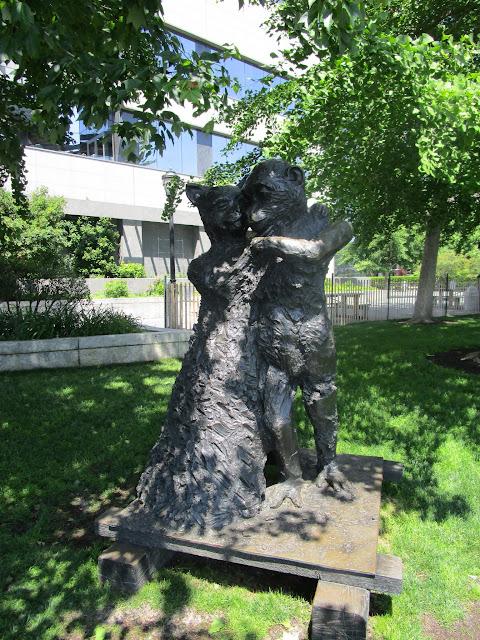 "Скульптура ""Кошка и Обезьяна (В танце)"" скульптора Джима Дайна. Хадсон-Ривер Парк, Нью-Йорк (""Ape & Cat (at the Dance)"". Jim Dine. Hudson River Park, NYC)"