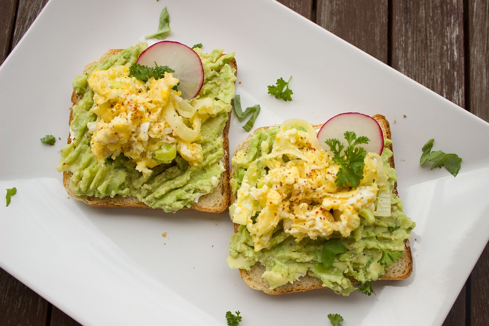 avocado toast with egg healthy breakfast