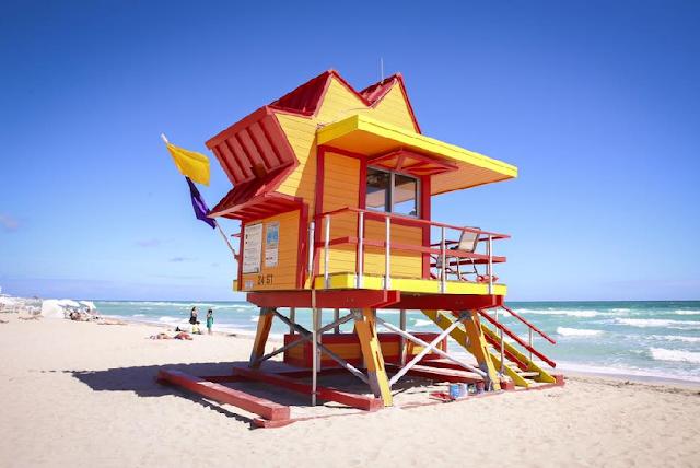 Cabanas dos salva-vidas em South Beach Miami