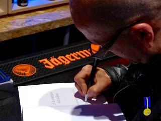 Esteban firmando el libro a la sombra del púlsar