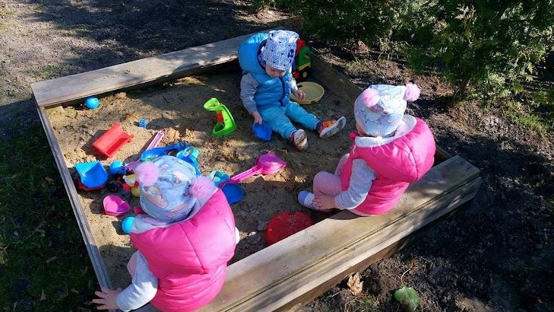 """Siad """"W"""" - powinnaś zwrócić uwagę czy Twoje dziecko siada w taki sposób."""
