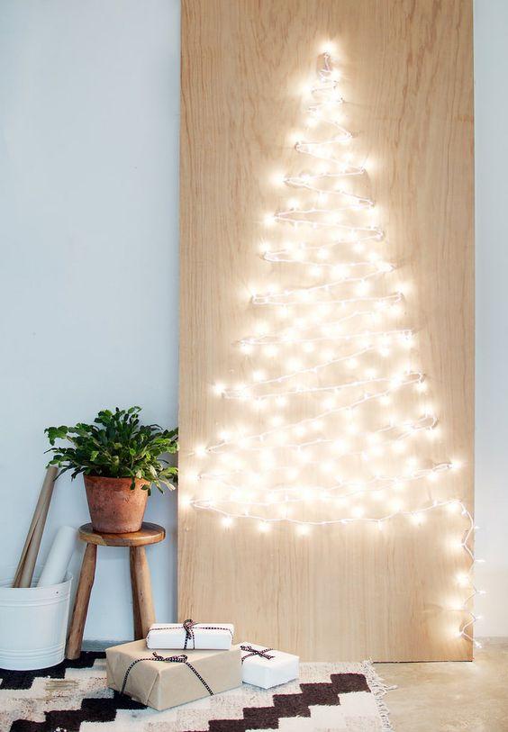 Bonito Árbol de Navidad hecho con guirnalda de luces