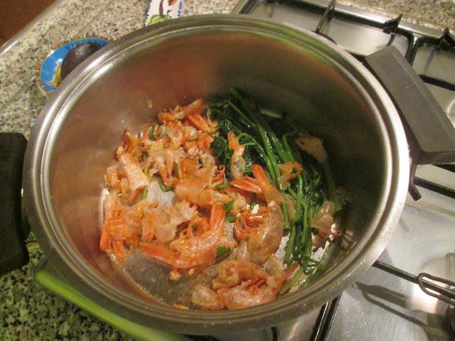 Panela refogando as cascas de camarao para a preparaçao do caldo do risoto