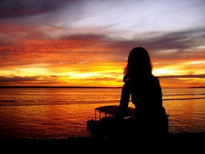 Resultado de imagem para Mulher sentada na cadeira na varanda olhando para o mar