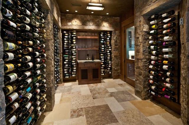 Une cave à vin électrique permet de stocker différents types de bouteilles.