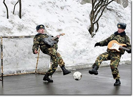 As fotos mais estranhas e inexplicáveis de todos os tempos - parte 3 - Militares ogando futebol com guitarras na neve