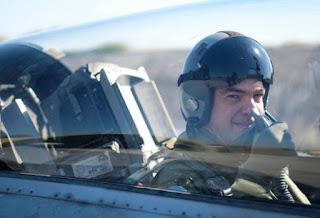 Δείτε τον Τσίπρα με στολή πιλότου να πετά με F-16  [photos+video]