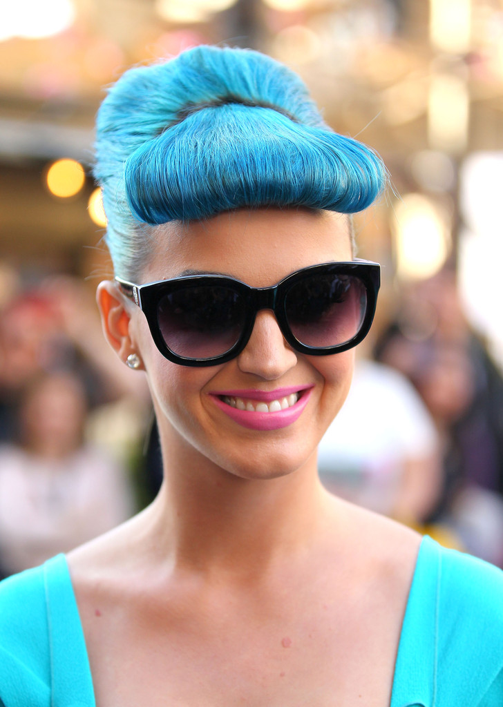 b9139efc15b77 Channel Katy Perry in this large and square cat eye sunnies from Vince  Camuto. The reason why they look good on Katy is because she has blue hair  and a blue ...