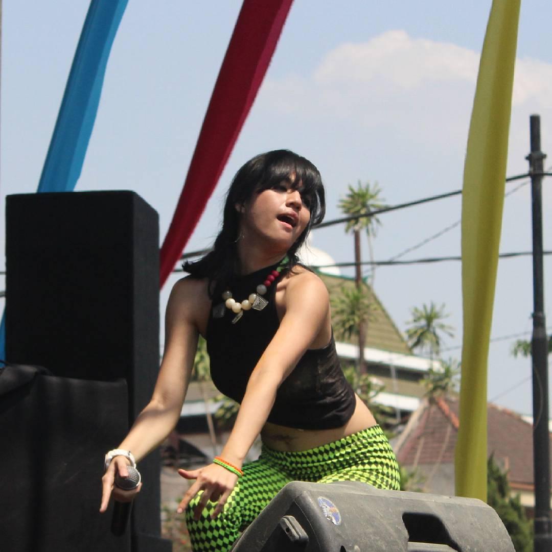 10 Foto & Video Paling HOT Dj Putri Una Asal Indonesia Fakta Cewek Asal Medan ini Suka Pakai Bikini