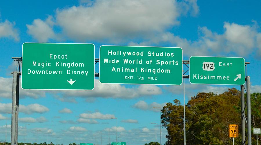 Placas nas estradas de Orlando indicando saída para os parques Disney
