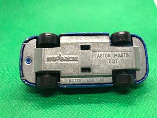 アストンマーティン DB7 のおんぼろミニカーを底面から撮影