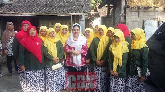 Titiek Soeharto bersama Ibu-ibu PKK pengrajin batik lain yang menyambut kedatangannya.
