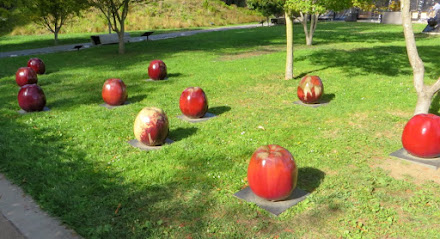 Apples, sculpture by Gustav and Ulla Kraitz