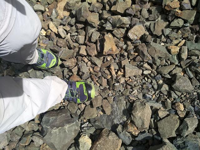 камни и кроссовки Adidas