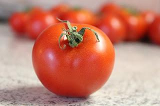 cara memutihkan ketiak hitam dengan tomat