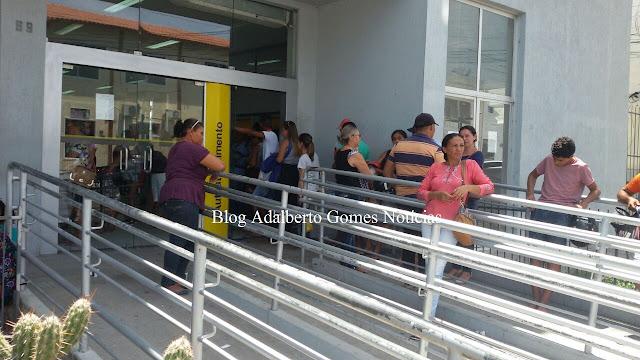 Em Delmiro Gouveia, clientes do Banco do Brasil enfrentam dificuldades para realizar saques em apenas um caixa eletrônico neste final de ano
