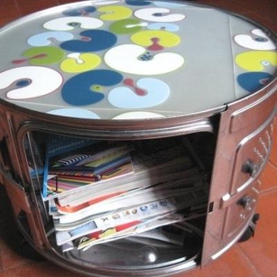 Meja sekaligus lemari buku dari hasil daur ulang drum mesin cuci.