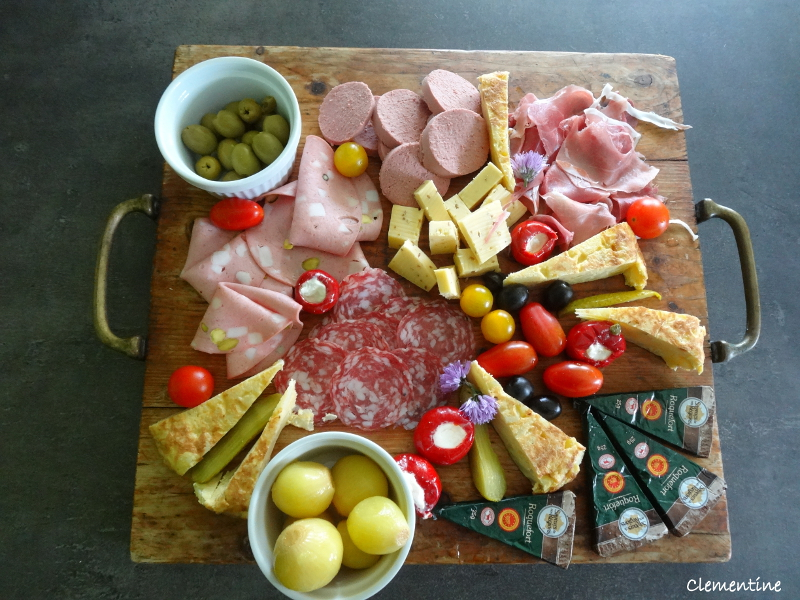 voici quelques plateaux de charcuteries et fromages peut etre vous pouvez vous en inspirer pour votre prochain apero