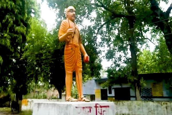 புதிய சர்ச்சையில் சிக்கிய மகாத்மாகாந்தியின் காவி நிற சிலை