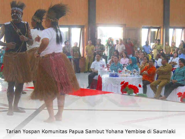 Tarian Yospan Komunitas Papua Sambut Yohana Yembise di Saumlaki