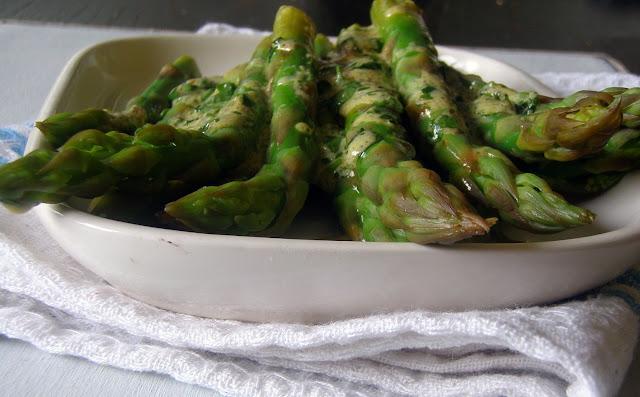 szparagi1 Zielone szparagi Jamiego Olivera