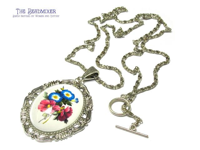 Zilverkleurige ketting met bloemen