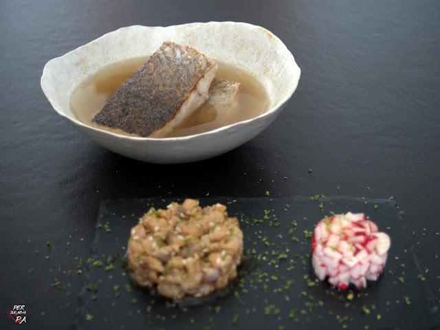 Corvina salvaje en caldo umami, con guarnición de corvina marinada y ensalada de rabanitos