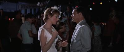 Shirley MacLainey Frank Sinatra en Como un torrente (1958)