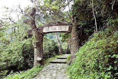 Khám phá cung đường hành hương lên Thác Vàng Yên Tử