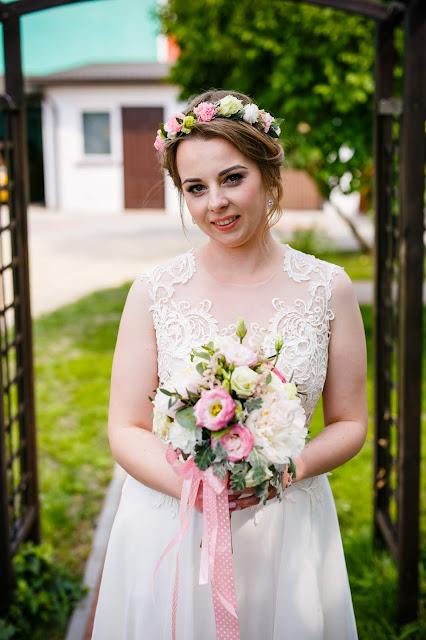ślubne inspiracje, panna młoda z bukietem, bukiet ślubny, suknia ślubna, makijaż ślubny