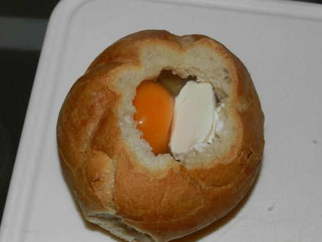 Gebackenes Ei in der Semmel vor dem Backen