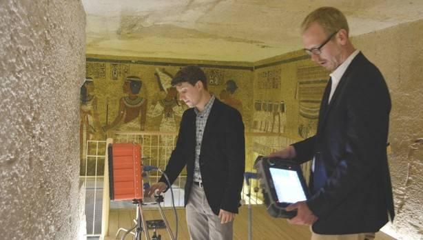 Dos expertos inspeccionan la tumba de Tutankamón en el Valle de los Reyes de Luxor, Egipto (1 de abril 2016). El equipo de expertos que investiga la tumba en busca de cámaras ocultas.