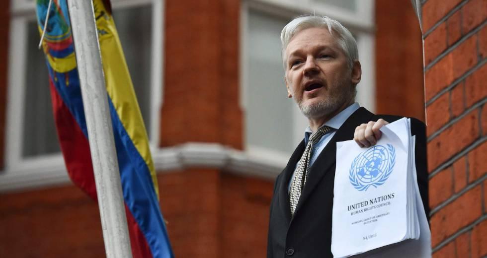 """O fundador do Wikileaks fugitivo Julian Assange recebeu um novo passaporte australiano depois de longas negociações sobre se ele estava sujeito a um mandado de prisão por """"ofensa estrangeira grave""""."""