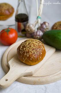 (Bułki pomidorowe z ziołami i parmezanem