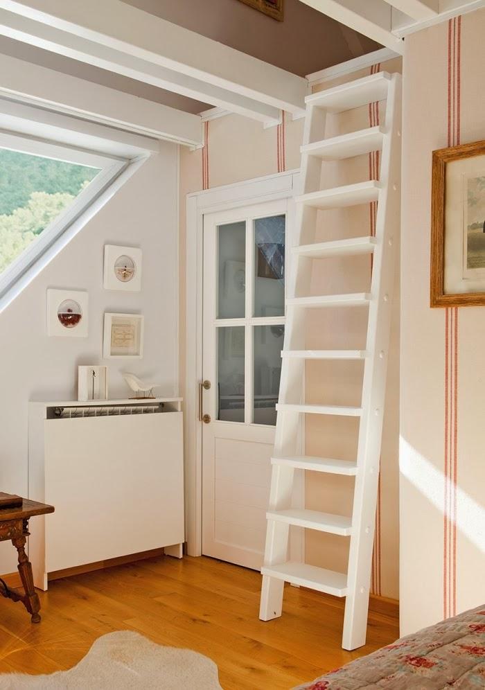 Śliczne, nieduże mieszkanko na poddaszu, wystrój wnętrz, wnętrza, urządzanie domu, dekoracje wnętrz, aranżacja wnętrz, inspiracje wnętrz,interior design , dom i wnętrze, aranżacja mieszkania, modne wnętrza,styl klasyczny, styl francuski, musztardowe dodatki, mieszkanie ze skosami, mieszkanie na poddaszu,