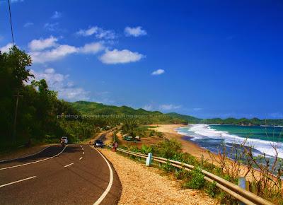 Foto Jalan pinggir pantai Soge