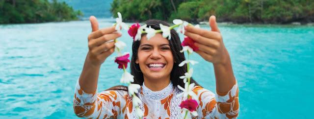 Rituel de bienvenue à Tahiti avec un collier de fleurs