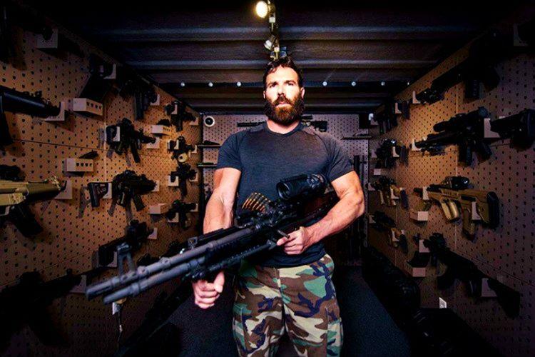 Dan Bilzerian'ın 1.000.000 dolar değerinde kocaman bir silah koleksiyonu var.