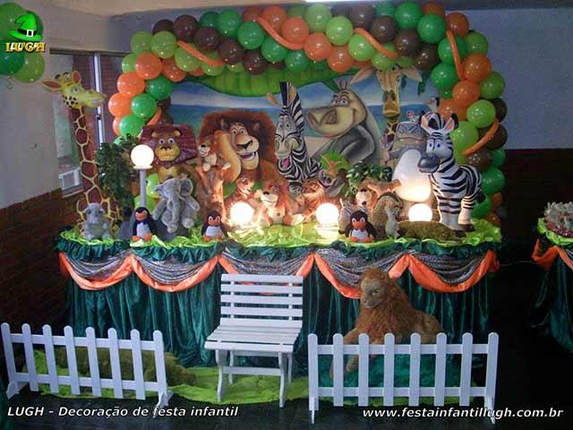Decoração mesa de aniversário tradicional forrada de tecido - Festa infantil masculina tema Madagascar