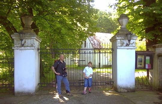Brama wejściowa na teren Dworku Zegadłowiczów.