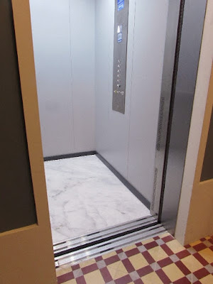 porta aberta de elevador