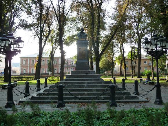 Ніжин. Пам'ятник М. В. Гоголю в сквері, який носить його ім'я