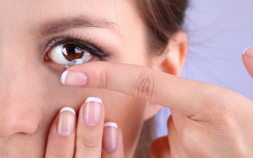 mata cewek cantik rusak karena kontak lensa
