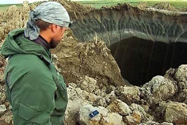 Un caminante observa el gigante agujero en Siberia.