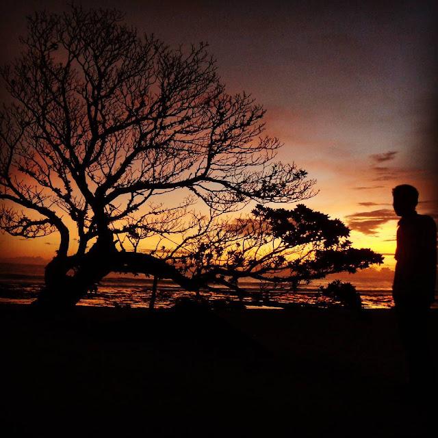 foto pemandangan sunset pantai pok tunggal jogja