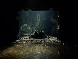 Stalker Tarkovsky protagonistas sentados agua