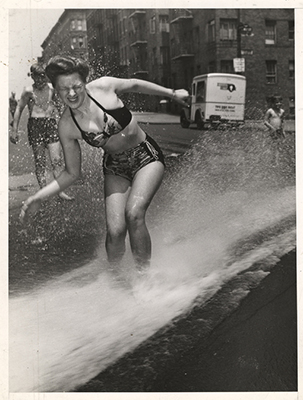http://blueblackdream.tumblr.com/post/147075321676/weegee-open-fire-hydrant-new-york